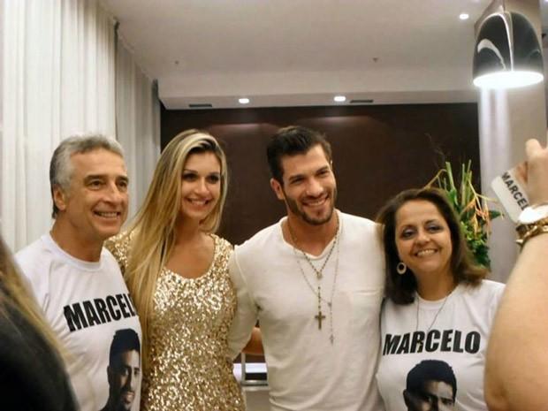 Nos bastidores, os pais de Marcelo conheceram Tatiele e Roni (Foto: Reprodução/Redes sociais)