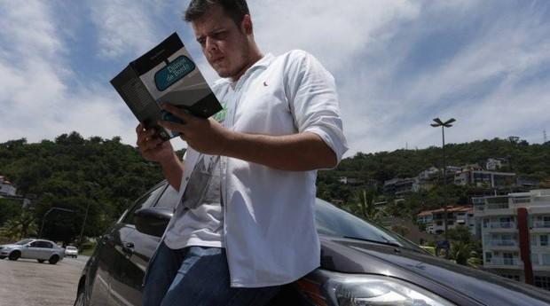 """Crônicas ao volante. Com novas histórias, Romero já pensa numa segunda versão do livro """"Diários de bordo"""" (Foto: Agência O Globo)"""