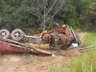 Após colisão em RO, carreta cai em ribanceira e fica destruída na BR-364