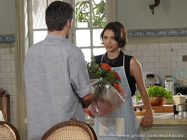 Micaela fica sem jeito, mas adora as flores de Martin (Foto: Malhação / TV Globo)