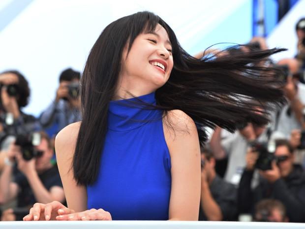 A atriz chinesa Meng Li posa para os fotógrafos durante divulgação do filme 'A touch of sin', em Cannes (Foto: AFP PHOTO / ALBERTO PIZZOLI)