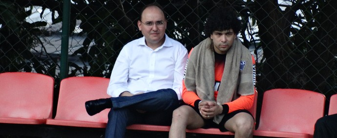 Luan assiste a parte do treino ao lado do médico do Atlético-MG (Foto: Maurício Paulucci)