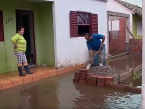 Água da chuva inundou casas em Rio Grande (RS) (Foto: Reprodução/RBS TV)