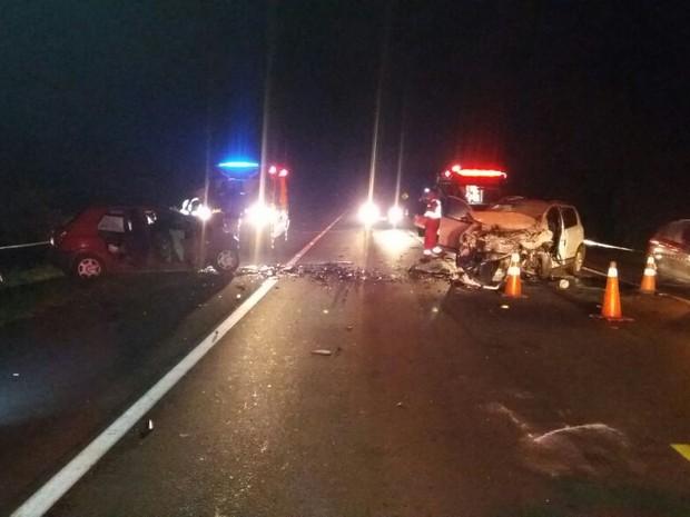 Segundo a PRF, um dos carros invadiu a pista contrária (Foto: Divulgação/Corpo de Bombeiros)