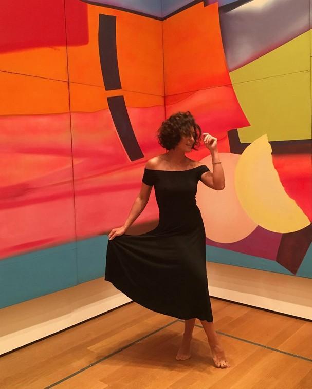 Juliana Paes arrisca dancinha no MOMA (Foto: Reprodução/Instagram)