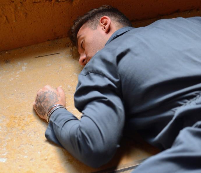 Uood rola escada a baixo e desmaia!! (Foto: Pedro Carrilho/Gshow)