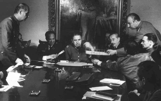 Foto de arquivo mostra o general Augusto Pinochet presidindo uma reunião com sua equipe militar em Santiago dias depois de tomar o poder do presidente Salvador Allende (Foto: Arquivo/ AP)