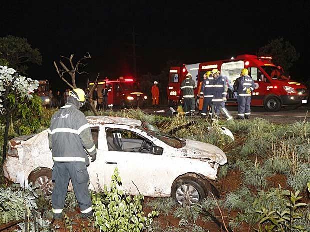 Bombeiros tentam resgatar vítimas de carro capotado no DF (Foto: Corpo de Bombeiros DF/Divulgação)