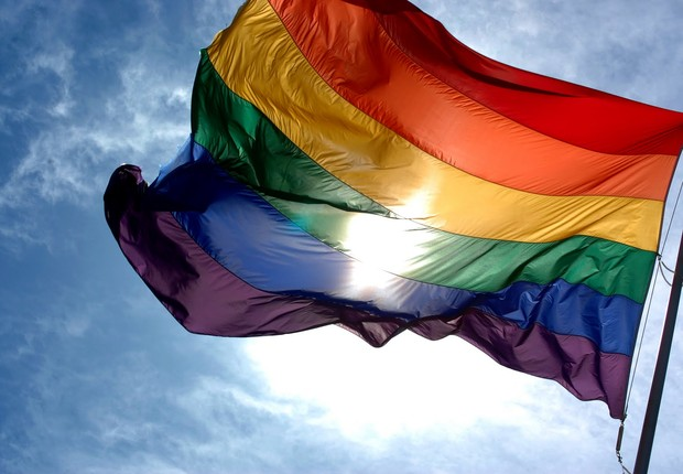 Bandeira com as cores do arco-íris, símbolo do movimento LGBT (Foto: Reprodução/YouTube)