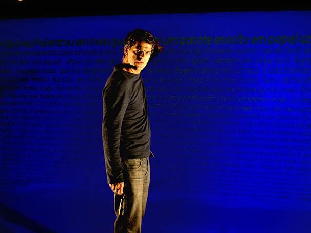 Eduardo Moscovis interage com projeção no espetáculo (Foto: Divulgação)