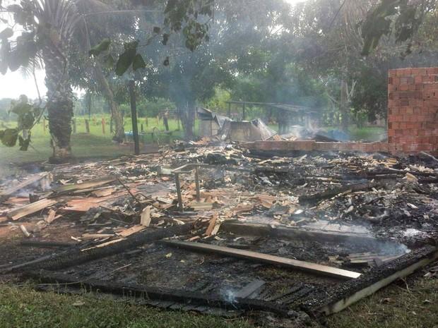 Casa pegou fogo por votla das 14h  (Foto: Alex Coutinho/ Arquivo Pessoal)