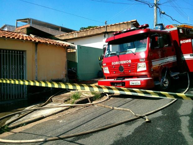 Corpo de Bombeiros foi acionado para combater as chamas (Foto: Cláudio Nascimento / TV TEM)