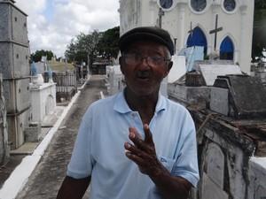 Euclides Correia da Silva trabalhou 40 anos no cemitério. (Foto: Carolina Sanches/G1)