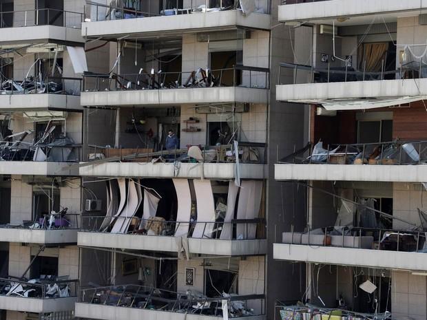 Homem observa o exterior de uma das sacadas atingidas pelo impacto de um ataque a bomba em Beirute, no Líbano. As brigadas de Abdullah Azzam, ligadas à al-Qaeda, afirmou ter sido responsável pelo ataque. (Foto: Mohamed Azakir/Reuters)