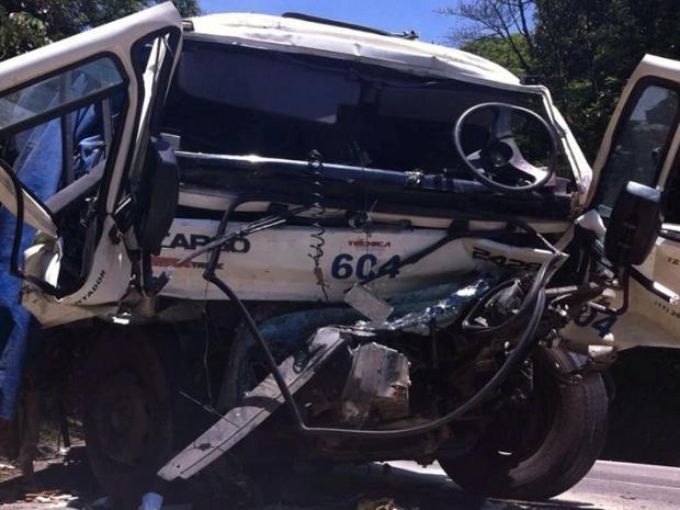 Carreta ficou com a frente destruída após colidir na Via Anchieta (Foto: Renan Fiuza / G1)