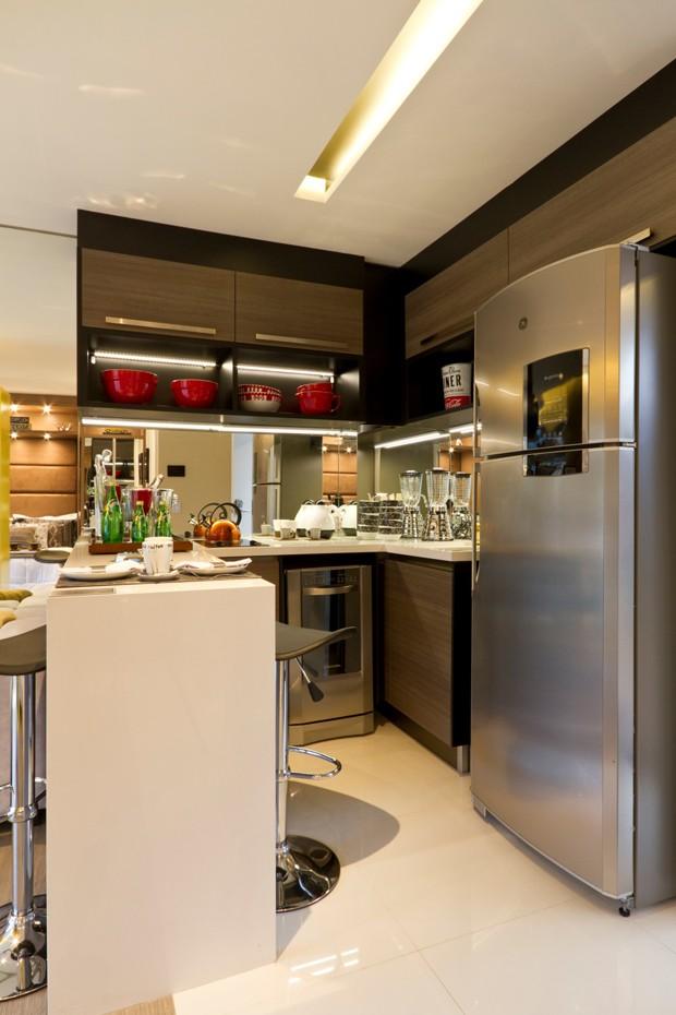 """Cozinha em formato de """"U"""" é prática e funcional (Foto: Camila Klein)"""