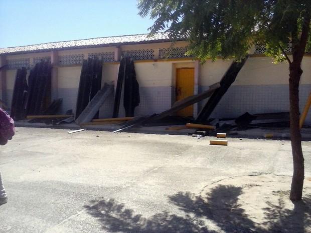 Estrutura de cobertura do pátio interno da escola cedeu na manhã desta quarta (3) (Foto: Ediana Miralha/ Inter TV Cabugi)