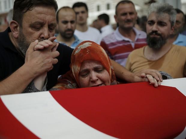 Parentes lamentam morto em tentativa de golpe, em Istambul (Foto: REUTERS/Alkis Konstantinidis)