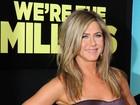 Vestido justo evidencia barriguinha de Jennifer Aniston