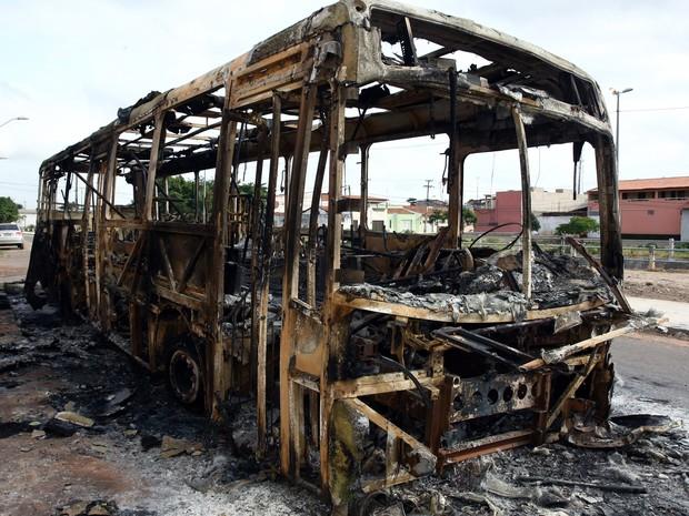 Ônibus foi incendiado no Terminal da Forquilha, em São Luís, na madrugada desta sexta-feira (30) (Foto: Honorio Moreira/Futura Press/Estadão Conteúdo)