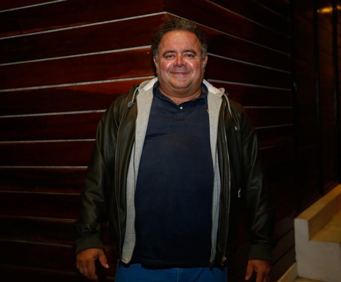 Leo Jaime de pretinho básico e casaco, para combinar com o inverno do Rio (Foto: Raphael Dias/Gshow)