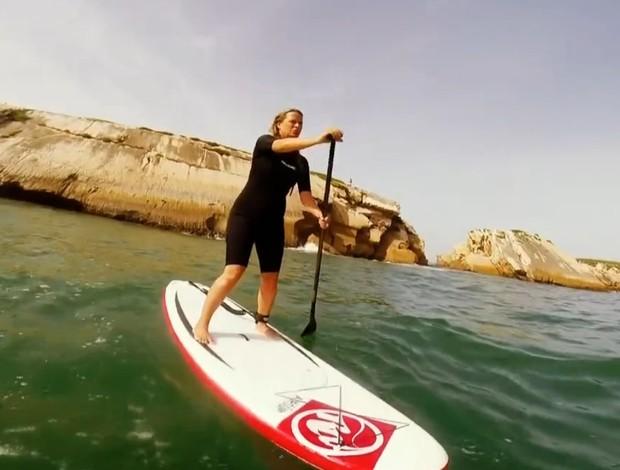 Mariana Becker, repórter da TV Globo, praticando Stand Up Paddle (Foto: Reprodução SporTV)