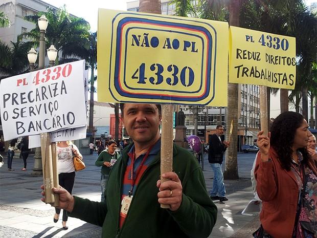 Bancários protestam no Centro de Campinas contra o PL 4330 (Foto: Marília Rastelli / G1 Campinas)