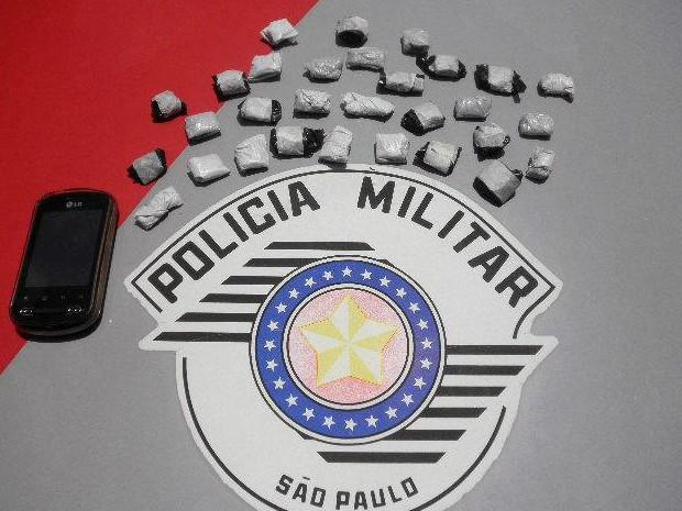 Aluno é detido com porções de maconha na mochila em Cunha, SP (Foto: Divulgação/ Polícia Militar)