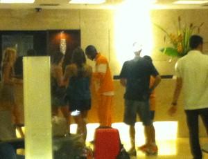Jogadores da Costa do Marfim descem em hotel e fazem fotos com torcedores (Foto: João Marcelo Sena)