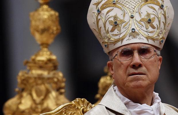 O cardeal italiano Tarcisio Bertone reza missa em 9 de fevereiro no Vaticano (Foto: Reuters)
