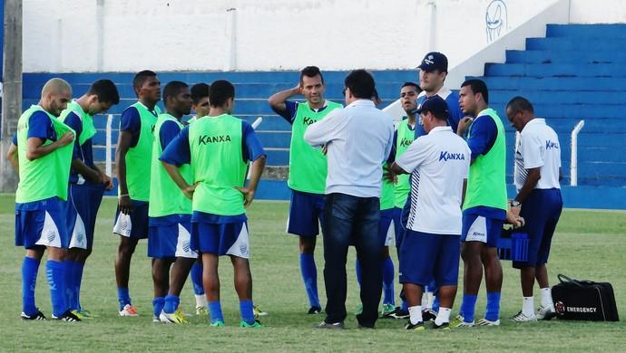 Estevam Soares orienta jogadores no dia da sua apresentação ao CSA (Foto: Henrique Pereira/ GloboEsporte.com)