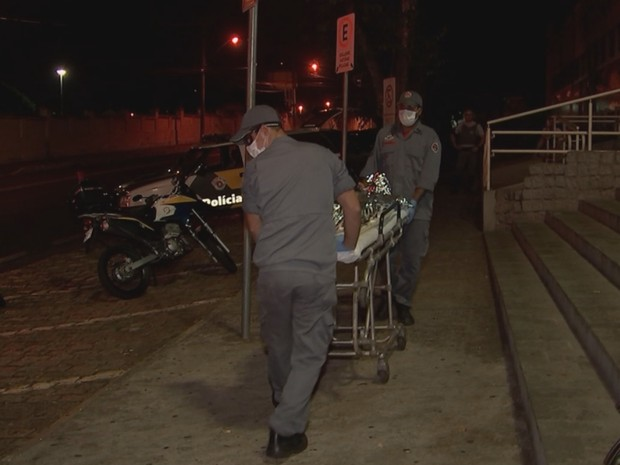 Suspeito ficou bastante ferido e foi levado da central de flagrantes para a UPA (Foto: Reprodução / TV TEM)