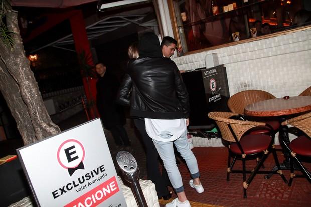 MC Biel sai acompanhado de restaurante (Foto: Marcos Ribas/Brazil News  )