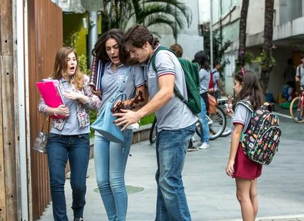 Yasmin e Zac discutem na porta da escola