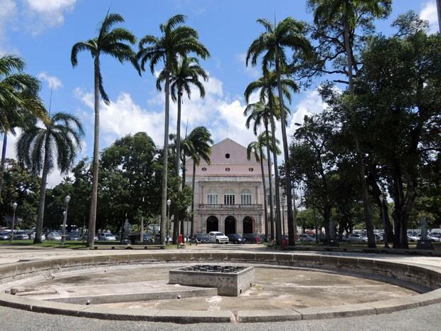 Jardim do Campo das Princesas e da República mantêm plantas bem cuidadas, mas fonte está seca na frente do Teatro de Santa Isabel (Foto: Marina Barbosa / G1)