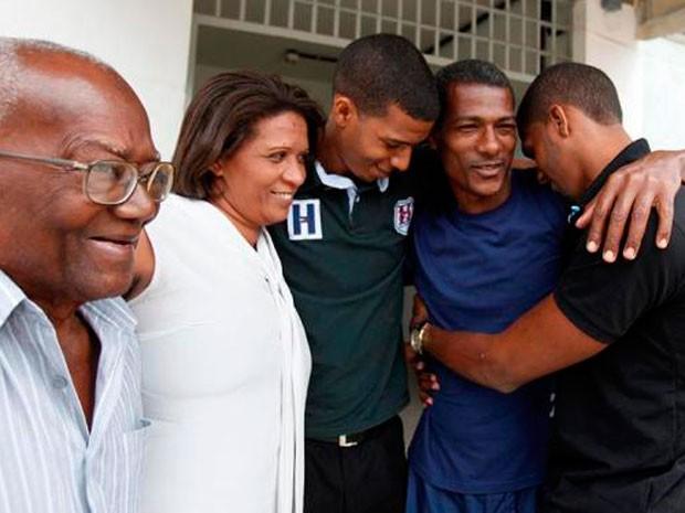 José Conceição na companhia de seu pai, esposa e dois dos três filhos logo após deixar prisão em Salvador (Foto: Arquivo Pessoal)