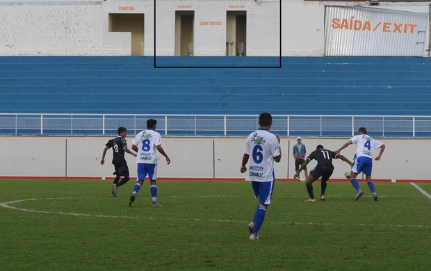 Torcedor por fazer número 2 e torcer ao mesmo tempo em estádio do Acre (Foto: João Paulo Maia)