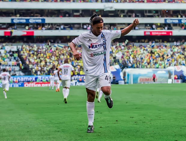 """BLOG: Rei do """"dibre"""": reveja o que Ronaldinho aprontou em sua passagem pelo México"""
