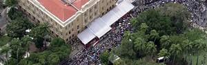 Velório dura mais de 14 horas e reúne cerca de 130 mil pessoas (Reprodução GloboNews)