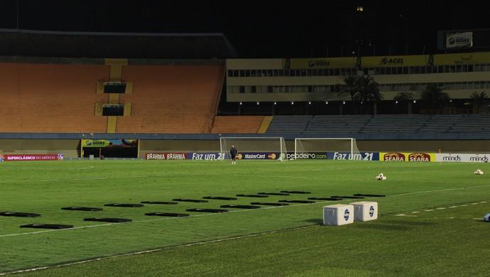 Funcionário da comissão técnica argentina vistoria gramado do Serra Dourada (Foto: Fernando Vasconcelos / Globoesporte.com)