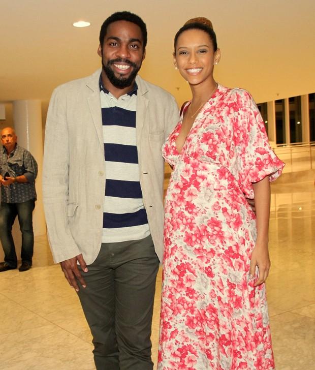 Grávida, Taís Araújo vai com Lázaro Ramos a teatro no Rio (Foto: GRAÇA PAES/PHOTO RIO NEWS)