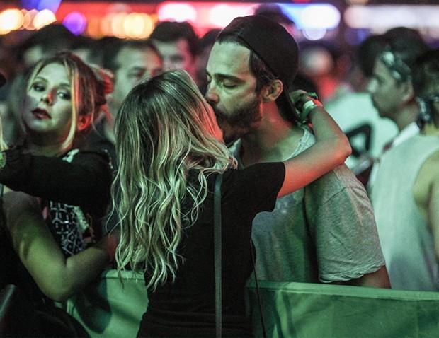 Thiago Rodrigues beija loira misteriosa no Rock in Rio (Foto: AgNews)
