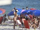 Nicole Bahls faz topless e toma banho de mar com amigos