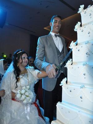 O turco Sultan Kosen, o homem mais alto do mundo, durante cerimônia de casamento com a síria Merve Dibo neste domingo (27) (Foto: AFP)
