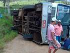 Ônibus com estudantes tomba em estrada de barro em Itapitanga (BA)