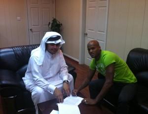 Domingos assina contrato Catar Al Khuraitiat (Foto: Divulgação / Adriano Spadoto)