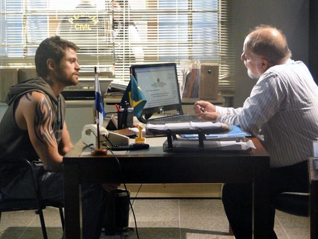O bandido tenta livra a pele e mente em seu depoimento (Foto: Malhação / Tv Globo)