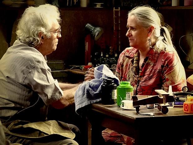 Santiago consola Lucinda e diz que Carminha tem que pagar pelo que fez com Rita (Foto: Avenida Brasil / TVGlobo)