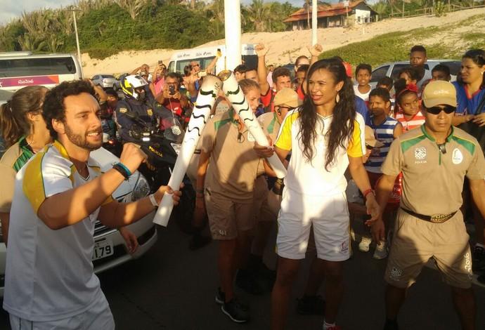 Iziane recebeu a Tocha Olímpica na Avenida Litorânea e seguiu revezamento da Tocha Olímpíca (Foto: Robert Oliveira / G1)