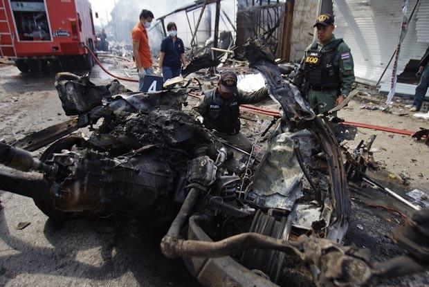 Destroços de carro-bomba que explodiu nesta sexta-feira (21) na cidade tailandesa de Sai Buri (Foto: Reuters)